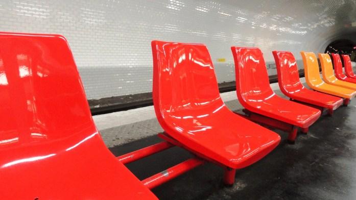 La ligne 3 bis - Station Gambetta, sièges rouges