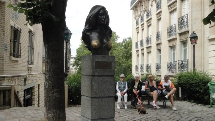 Montmartre - Place Dalida, son buste et ses fans