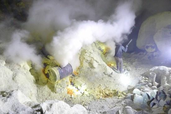 Pour faciliter l'exploitation de la soufrière, des tuyaux métalliques canalisent les fumerolles et permettent leur condensation en soufre liquide.