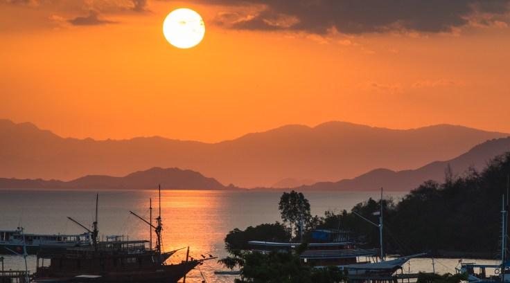 Coucher de soleil sur le port de Labuan Bajo