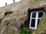 Toit en paille et foin d'une maison rurale islandaise