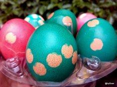 Oeufs de Pâques décorés avec des pois et du colorant alimentaire