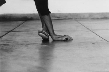 Seduzir [Séduire] 2001 Helena Almeida Photographie noir et blanc (4 éléments), 105 × 72 cm (chaque). Coll. Helga de Alvear, Madrid/Cáceres. Photo Filipe Braga, © Fundação de Serralves, Porto