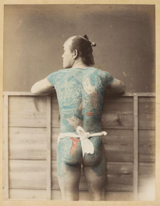 Yokohama shashin [studio de Yokohama] Palefrenier tatoué vu de dos 1870-1880 épreuve à l'albumine sur papier inv. AP16157, musée national des arts asiatiques – Guimet © Musée national des arts asiatiques – Guimet (dist. RMNGP)/Photo : MNAAG