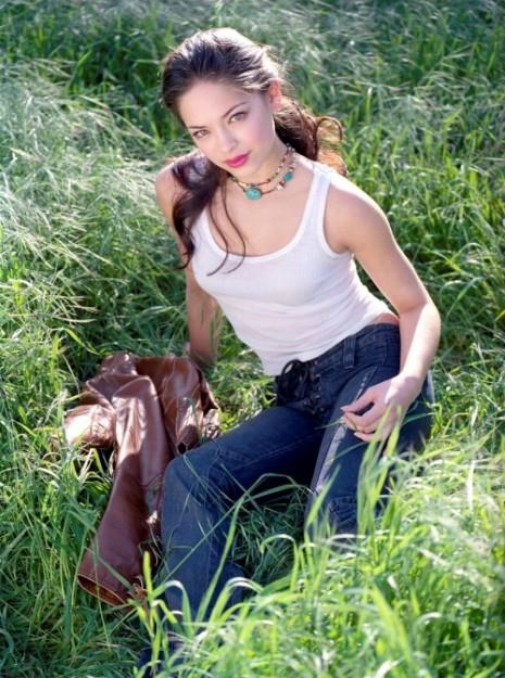 15 Beautiful Celebrities Posing In The Grass