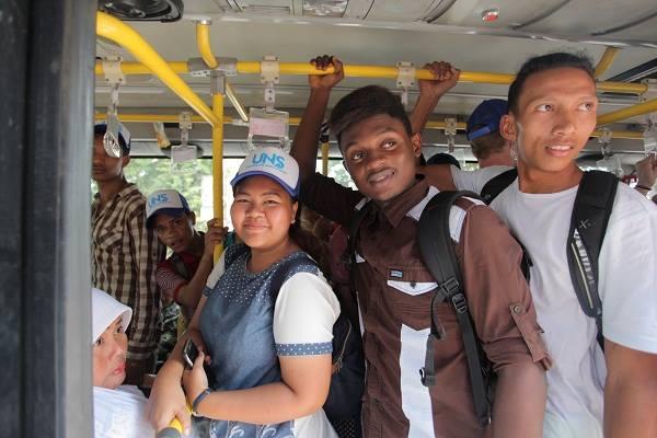 Meski berdesakkan, mahasiswa asing tampak antusias menaiki Batik Solo Trans (BST). Foto diambil dari https://www.facebook.com/unsinternationaloffice/).