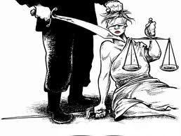 Una mujer con una balanza (símbolo de la Justicia) es amenazada por un hombre con una espada