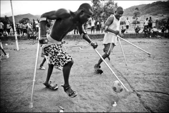 Enmuletado jugando al fútbol