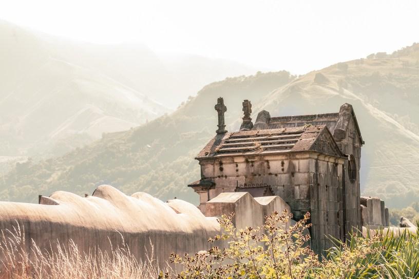 Cementerio rodeado de montañas