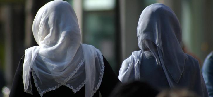 Der Kniefall: Schulischer Kirchenbesuch darf verweigert werden, Moscheebesuch nicht