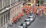 """Holländische """"Werte-Verteidiger"""" urinieren gegen ein historisches Gebäude in Budapest!"""