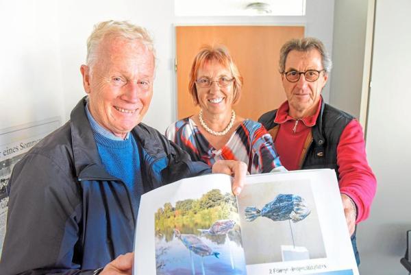 Werner Peters, Annegret Lang und Sepp Weber (v.l.) sind froh über die neuen Skulpturen an der Ems. Foto: Günter Benning