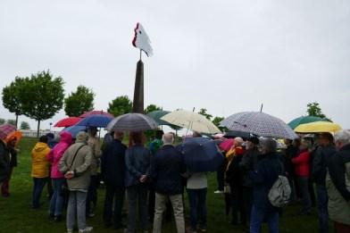 vor lauter Schirmen sieht man die Skulptur ..