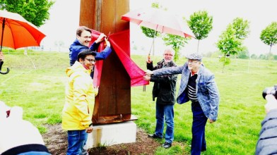 Bürgermeister, Sponsor, Künstler und Kurator enthüllen das Kunstwerk