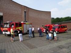 Foto von den Fahrzeugen des Löschzuges Schmalbroich der Freiwilligen Feuerwehr Kempen an der Kirche Christ-König auf dem Concordienplattz