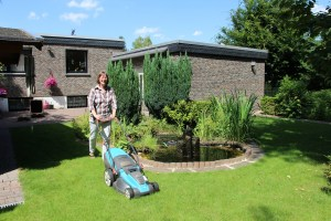 Foto Dame beim Rasenmähen