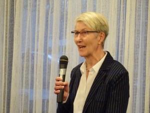 Foto von Ute Brümmer am Mikrofon