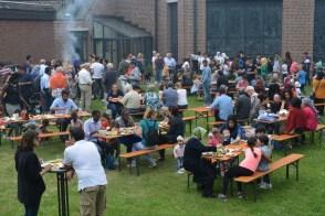 Foto mit Besuchern des Begegnungsgrillfestes
