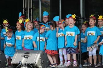 Foto: Kinder vom Regenbogen auf der Bühne
