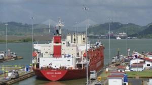 Foto Schiff schleust im Panamakanal