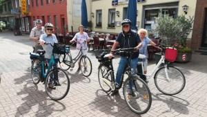 Foto der Radtourfreunde vom Hagelkreuz vor dem Kulturcafé Papperlapapp