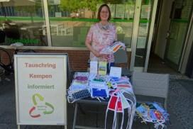 Foto von der Vereinsarbeit vom Tauschring Kempen, Maskenausgabe vor dem Quartiersbüro