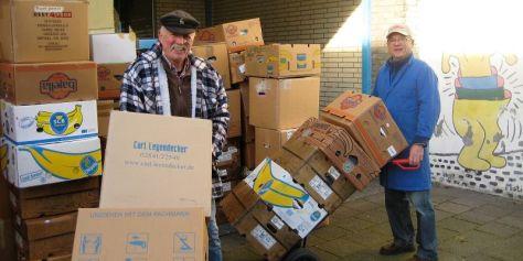 Jürgen und Rolf beim Verladen der Spenden