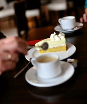 Bild von einer Tasse Kaffee und einem Stück Kuchen