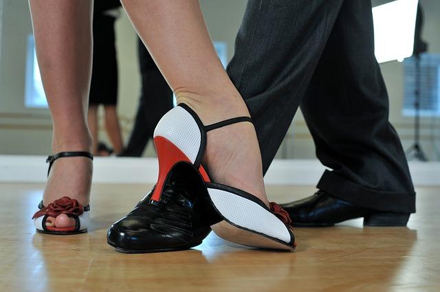 nach Musik Tänze vorführenTanzpaar