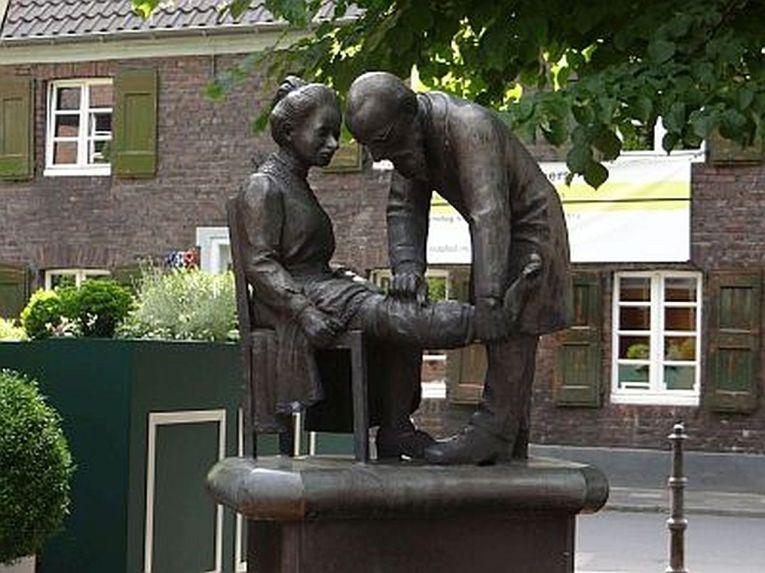 "Pastor Felke-Denkmal an der ""Linde"""