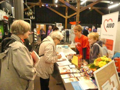 Besucher informieren sich über die Angebote der Seniorenbegegnungs- und Beratungszentren