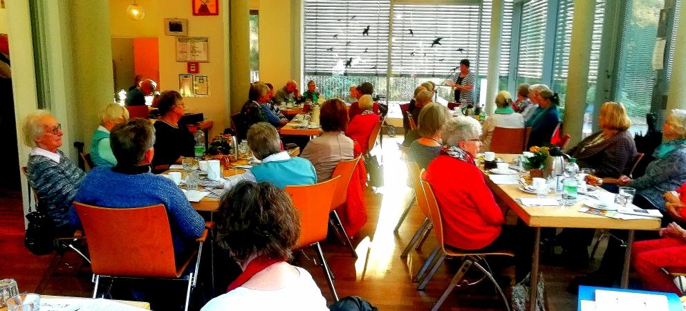"""Herbstlesung und """"Gestern und Heute, Band VI"""" Senioren-Schreibclub der Villa Friedlinde hatte Grund zu feiern"""
