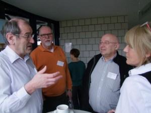 Franz König und Karl-Heinz Bayer im Gespräch mit anderen Teilnehmenden