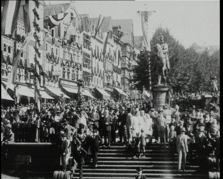 Viele Menschen. Festtagsstimmung. Siegen ist geschmückt zum 700. Geburtstag im Jahre 1924