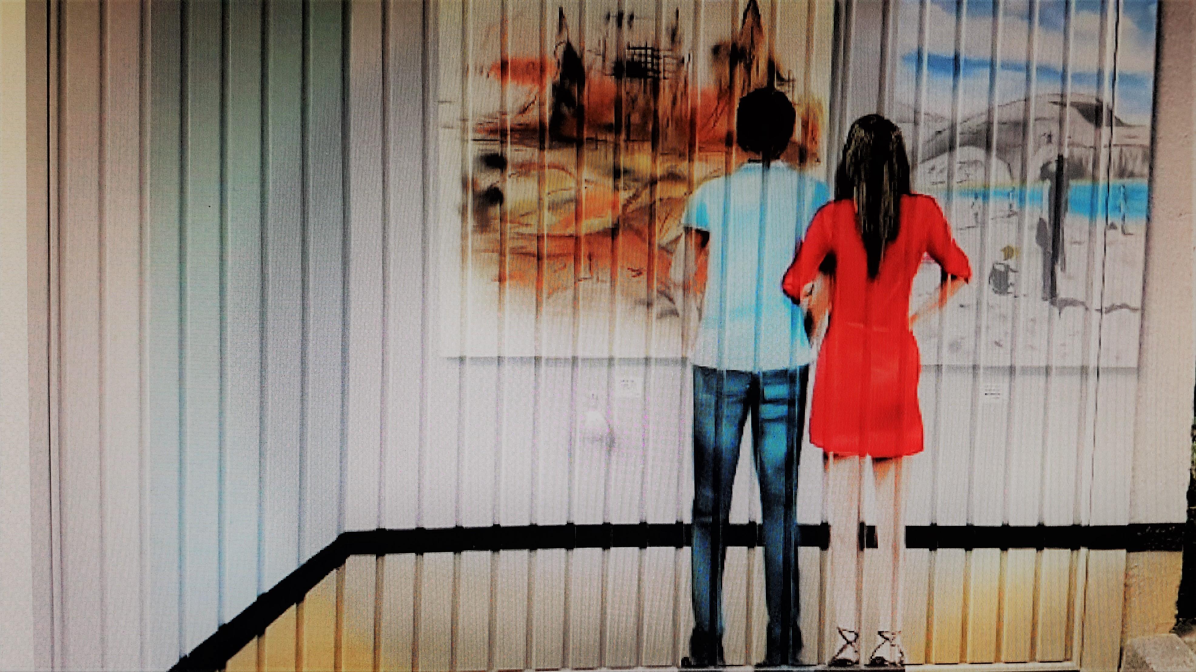 Ein Beispiel der neugestalteten Garagentore in der Siegbergstraße in Siegen. Motiv: Ein Paar betrachtet Bilder in einer Ausstellung. Mit freundlicher Genehmigung von Martin Zielke.