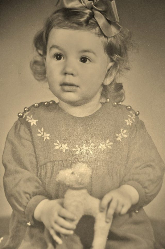 Angela Rodriguez wuchs in den 1950er Jahren in Kirchhundem im Sauerland auf. Einmal in der Woche fuhr sie mit ihrem Vater mit der Eisenbahn nach Siegen zum Einkaufen.