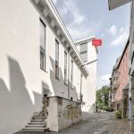 Ansicht aus der Siegbergstraße mit Überresten des alten Eingangs (Trümmerschutz)
