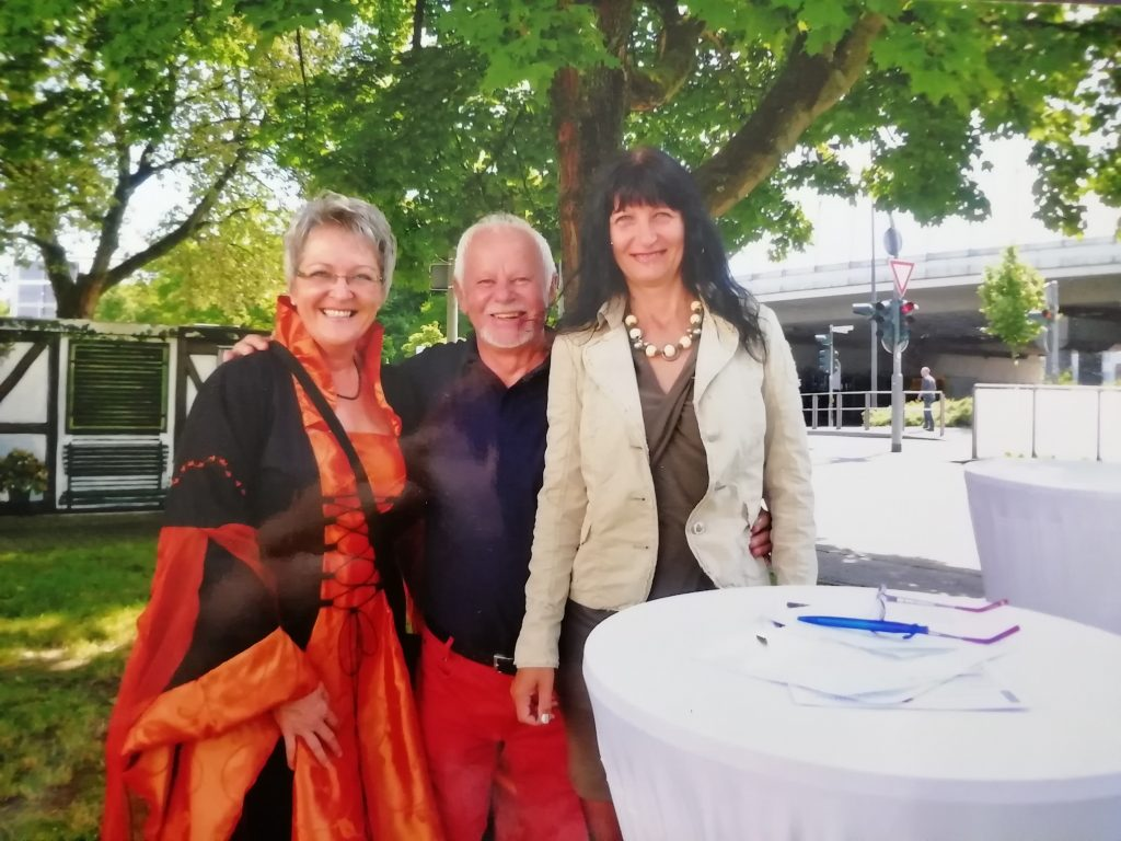 Ideengeber Martin Zielke mit zwei Künstlerinnen auf der Einweihungsfeier des Projekts am Fischbacherberg in Siegen.