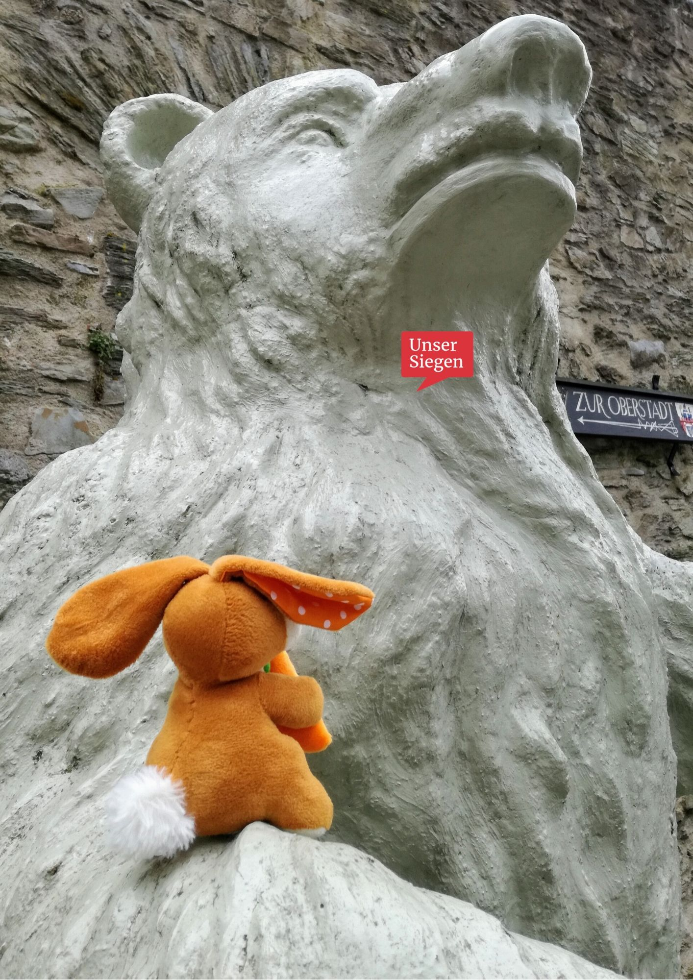 Der vergessliche Plüschhase sitzt auf dem Arm des Berliner Bären am Kölner Tor am Fuße der Oberstadt in Siegen. Foto mit freundlicher Genehmigung von Sarah Wagener