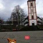 Der vergessliche Plüschhase sitzt vor der Nikolaikirche mit dem Krönchen in der Oberstadt in Siegen. Foto mit freundlicher Genehmigung von Sarah Wagener