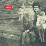 Gertrud Fries mit ihren vier Kindern, leicht zu erkennen sind Hans-Peter und seine Zwillingsschwester. Schwarz-weiß-Aufnahme aus den 1940ern. Mit freundlicher Genehmigung von Hans-Peter Fries.