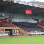 Die überdachte Tribüne im Leimbachstadion mit 2.000 Sitz- und etwa 1.100 Stehplätzen. Mit freundlicher Genehmigung von Sportfreunde Siegen von 1899 e. V.