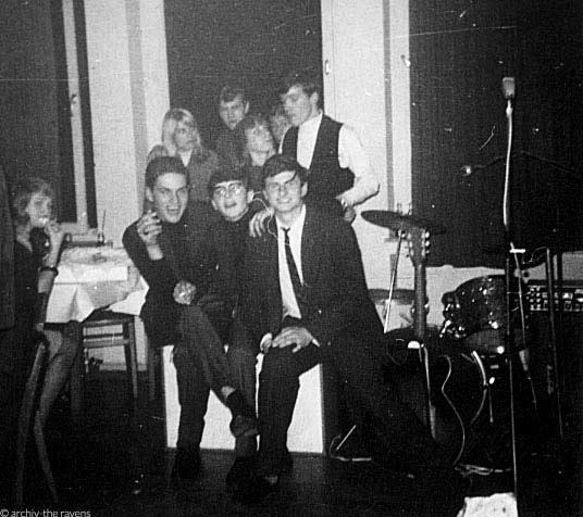 Buddy and the Ravens - eine Beatkapelle aus Siegen. Schwarz-weiß-Foto aus den 1960ern, lachende Musiker mit Fans. Mit freundlicher Genehmigung von Wolfgang Thomas.