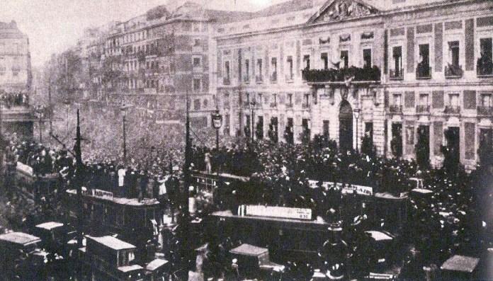 Proclamación de la Segunda República ante el Ministerio de la Gobernación. Foto: Portal de fotografía histórica Fuenterebollo