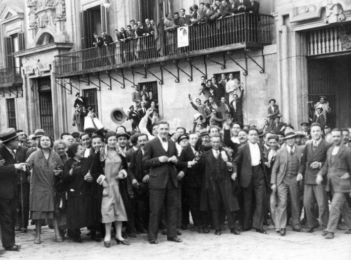 14 de abril de 1931. Proclamación de la Segunda República. Momento de ser izada la bandera de la República en el Ayuntamiento de la Plaza de la Villa. Alfonso Sánchez Portela. Fuente ABC
