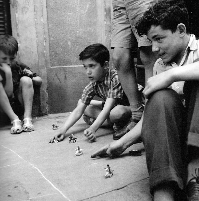 """<span style=""""color: #3366ff;""""><em>Niños jugando en las calles del Rastro en mayo de 1955. Cas Oorthuys Museo de la Fotografía de los Países Bajos. (Nederlands Fotomuseum) Rótterdam. Fuente: Viejo Madrid</em></span>"""