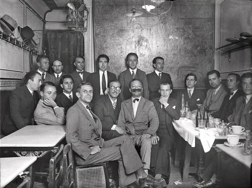 TERTURIA DEL CAFÉ POMBO. Madrid (Sin fecha, hacia 1932).- Tertulia literaria en el Café Pombo. Ramón Gómez de la Serna (4d) con sus compañeros. EFE/jgb