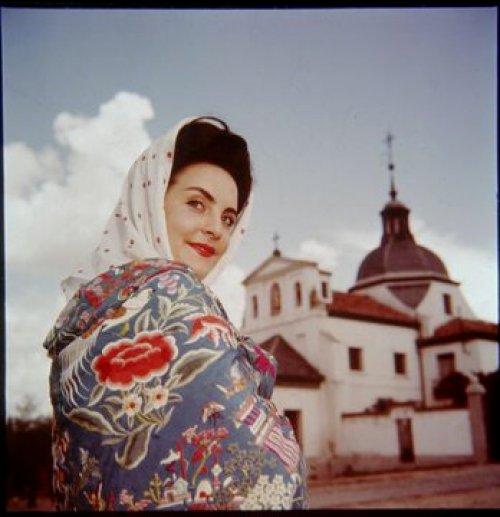 Mari Nieves Martínez con mantón de Manila junto a la Ermita de San Isidro Martin Santos Yubero. 1959 Archivo Regional CAM