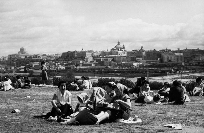 Un grupo de madrileñas disfrutando de la pradera de San isidro en 1950. Manuel Urech. Fuente: La Librería