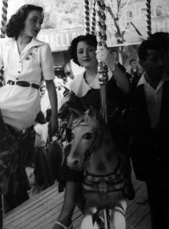 1933.Una grupo de mujeres en el Tiovivo. Archivo Regional Comunidad de Madrid